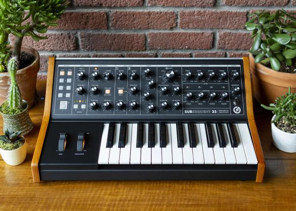 Synthesizer Moog Subsequent 25